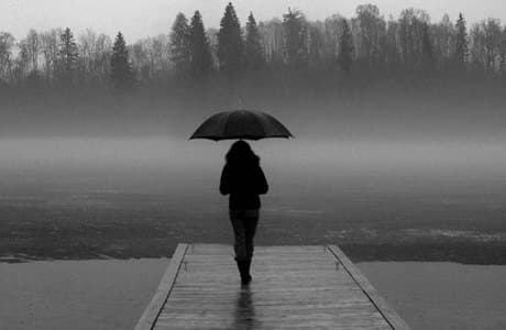 Как справиться с одиночеством. 3 этапа, которые стоит знать о том, как справиться с одиночеством. Чувствуете себя одиноким? В этом вы определенно не одни. Никогда прежде такое колоссальное число людей не ощущали себя настолько изолированными. Психолог Джон Боулби, известный своей работой, разрабатывающей теперь широко распространенную теорию Прикрепления, считал, что контакт и близость - это основные человеческие потребности, такие как еда или вода. Мы ищем связь и понимаем - именно через «социальный синапс» мы развиваемся как в младенческом возрасте, так и во взрослые годы. Но в нашем высоко населенном, турбоскоростном мире, многие из нас оказываются совершенно голодными до основного человеческого тепла. Наши цифровые устройства связаны, но сердца и души - нет. Мы отчуждены друг от друга - и мы сами по себе. Но одиночество приходит по какой-то причине, и с другой стороны, его есть за что благодарить. Почему? Это свет в конце тоннеля. Красный мигающий фонарик на вашей психической приборной панели. Предупреждающий знак от вас самого. Который позволяет узнать, что в вашей стратосфере не все в порядке. Пришло время остановиться, сделать глубокий вдох и понять, каким добрым и нежным способом - научиться снимать свою внутреннюю боль и получать то, что вам нужно от жизни и окружающих. 1. Познакомьтесь с одиночеством Первый этап преодоления - позволить себе полностью почувствовать свое уединение. Так же, как трудно заменить сгоревшую лампочку, не глядя на нее и даже не зная ее мощности, трудно изменить жизненную ситуацию, если мы не потратим время на ее полное понимание. Для начала нужно знать, с чем вы имеете дело. Поэтому важно работать, чтобы распознать и описать вашу разобщенность. Этот процесс объединяет ваше чувство с мышлением, мозг рептилий с человеческим и помогает обрабатывать и регулировать боль. Попробуйте следующие вопросы: Каков ваш реальный опыт одиночества прямо сейчас, в этот момент и в этот день? Как бы вы описали это чувство? Где вы чувствуете это в свое
