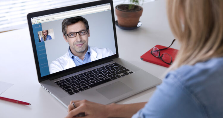 Дорога онлайн к уполномоченным клиентам и поставщикам Джон М. Грохол, Psy.D. ~ 16 минут Страницы: 1 2 3 4 5 Все В этой главе основное внимание уделяется тому, как изменяющаяся роль провайдера в сочетании с психообразовательными веб-сайтами, группами онлайн-поддержки и новыми модальностями, такими как электронная терапия, может открыть дверь для предоставления клиентам более качественного уровня обслуживания, снижения затрат и улучшения доступа к услугам. Интернет позволяет профессионалам достигать и предлагать более широкий спектр доступных услуг для большего количества потребителей, чем когда-либо прежде. Терапевт - это не только прямой поставщик услуг в этой новой парадигме уполномоченного клиента, но и тренер и консультант для пациента. Эта новая роль позволяет профессионалу помочь клиенту быть более образованным потребителем растущего набора ресурсов, доступных для них в Интернете. Как это было Исторически сложилось так, что психотерапевты и психиатры выступали в качестве привратников для служб охраны психического здоровья. Хотя эта роль незначительно меняется с десятилетия до десятилетия, большинство терапевтов выступают в качестве эксперта, чтобы изменить руководство к успешному решению своих проблем. Независимо от конкретной психологической ориентации терапевта, независимо от того, является ли она фрейдистским или когнитивно-поведенческим психотерапевтом, профессионал почти всегда берет на себя ведущую роль в руководстве терапией, раздавая информацию об определенном расстройстве и выступая в качестве канала для дополнительных вспомогательных услуг в общество. Терапевт как эксперт Эти роли определяются конкретными границами, которые часто четко разъясняются на ранних этапах в терапевтических отношениях. «Вот как я работаю. Это мои ожидания от вас как клиента, и это ваши ожидания от меня как вашего терапевта. Вот что вы делаете в случае чрезвычайной ситуации ». Терапевт дает понять, что, хотя она не является другом или консультантом для клиента, она выступает в