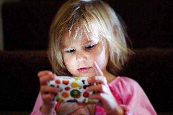 Как смартфоны влияют на детскую психику